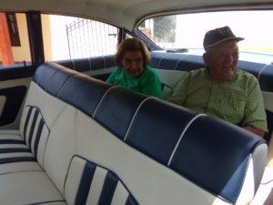 """El Club de Abuelos """"Ana y Joaquín"""", disfrutó de un paseo en autos clásicos"""