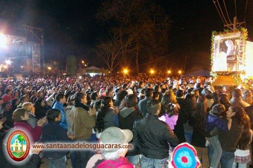 Una multitud saluda a Santa Ana